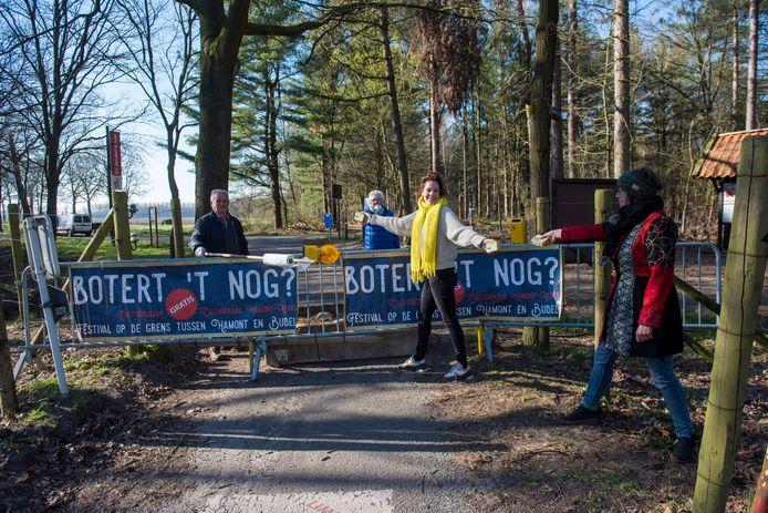 De initiatiefnemers van het grensfestival 'Botert 't nog' halen de onderlinge banden aan bij de grens tussen Nederland en België. Dat doen ze door het ludiek smokkelen van boter. Dit gebeurt bij het monument Den Doodendraad tussen Budel en Hamont.