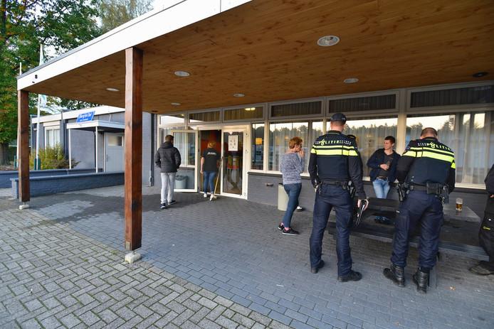 De politie praat met geuigen na de ruzie bij Germania.