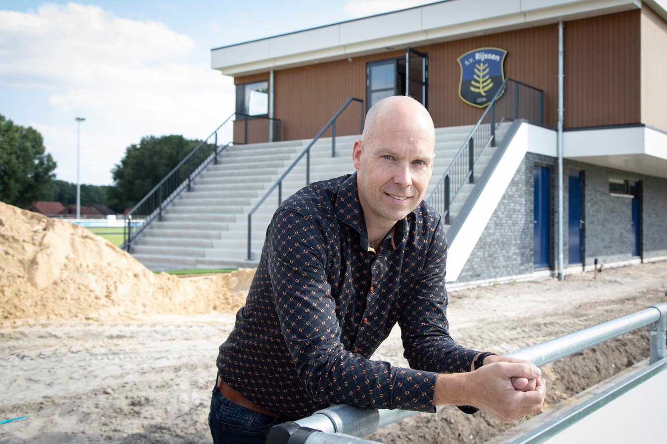 Voetbalclub SV Rijssen opent binnenkort het nieuwe clubgebouw. Voorzitter Wouter Beumer brengt de twee rivaliserende clubs samen.