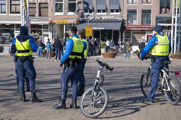 Een team handhavers van de gemeente Amsterdam. Beeld ANP