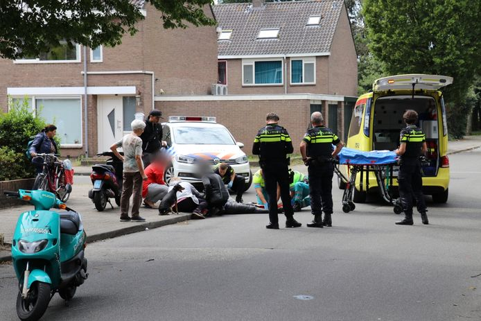 De bestuurder van de scooter raakte gewond en is naar het ziekenhuis gebracht.