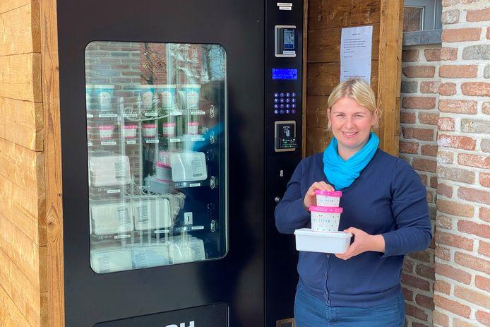 Liselotte Schelfthout plaatste naast 'Lotte's homemade ice cream and more' in de Smetledestraat een ijsautomaat.