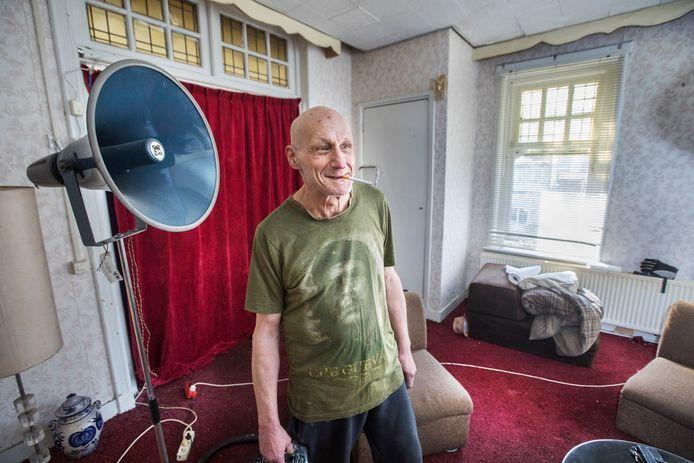 Harry Blom, een van de krakers van de ambassade van Congo. Voor de gelegenheid had hij zijn kamer netjes opgeruimd.