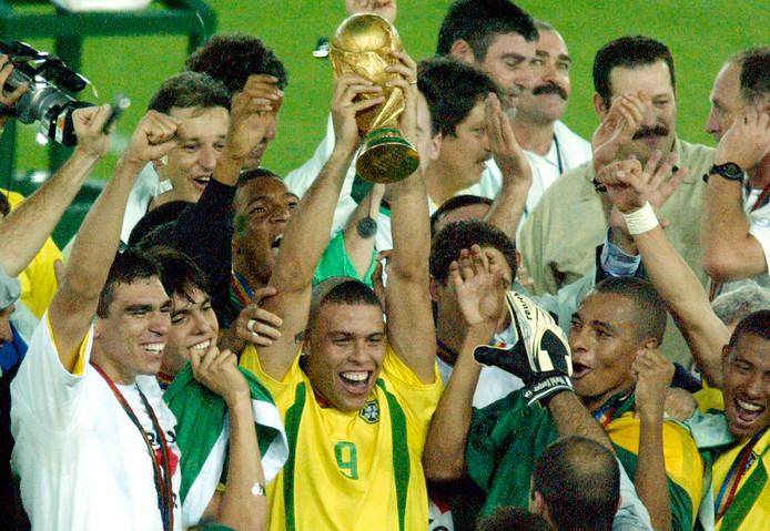 Ronaldo (9) houdt de wereldbeker omhoog.