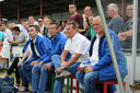 Johan Voskamp als tweede van rechts op de bank van het Westlands Elftal.