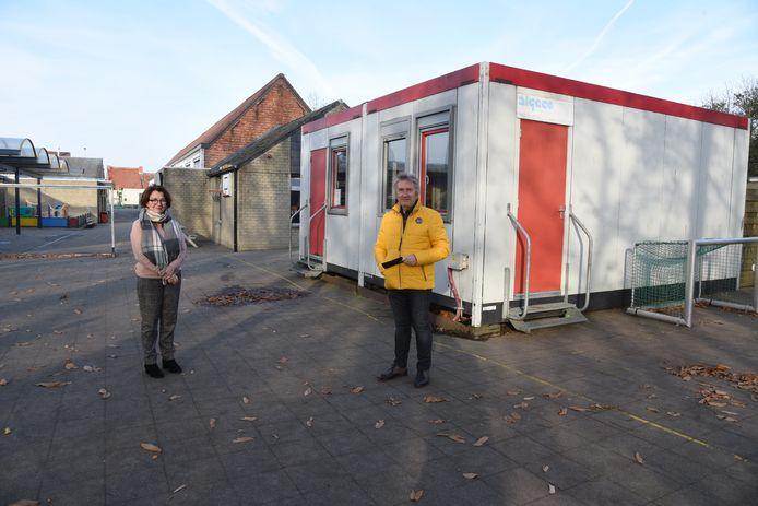 Directrice Brenda Deschacht en schepen Urbain Van Boven bij de container die plaats zal ruimen voor een moderne nieuwbouw.