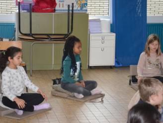 """Leerlingen De Wereldboom leren mediteren op school: """"Ook kinderen hebben nood aan rust in hun hoofd, zeker tijdens coronacrisis"""""""