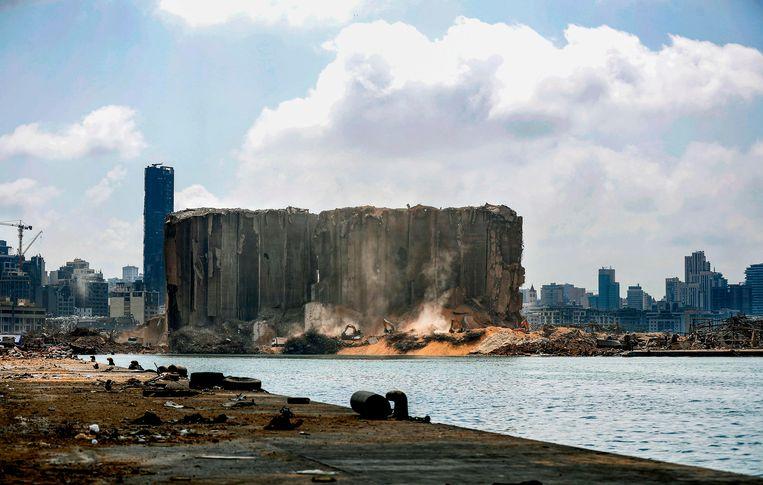 Graafmachines zijn aan het werk bij silo's in de haven van Beiroet waar de explosie plaatsvond.  (14/08/2020) Beeld AFP