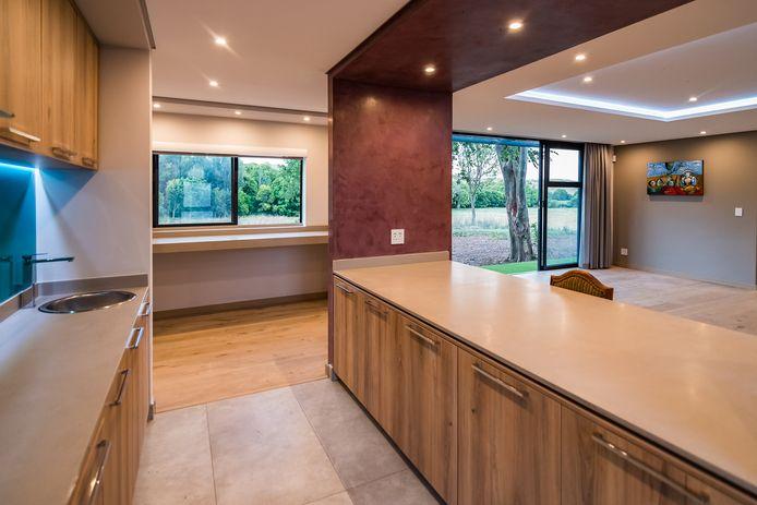 In het Zuid-Afrikaanse Cradle of Humankind heeft de producent zelf een prefab-woning laten bouwen. Het interieur komt compleet uit de fabrieksband rollen en hoeft alleen nog maar in elkaar worden gezet.
