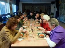 Elke week eten deze Lepelstraatse ouderen samen: 'want alleen eten is niet leuk'