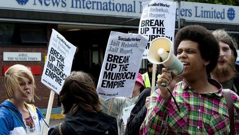 Demonstranten bij News International vanmiddag. Beeld afp