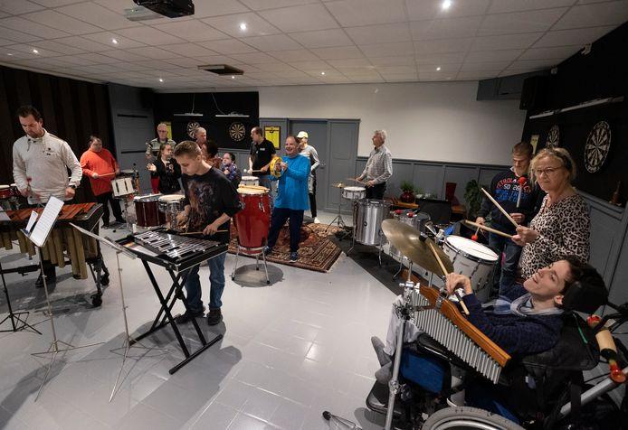 Percussiegroep 'De Vrolijke Noot' bezig met een repetitie.
