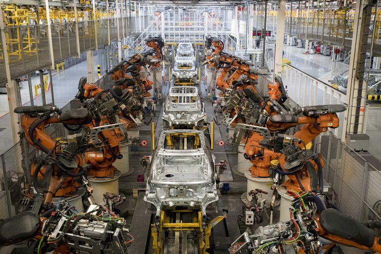 Robots aan een assemblagelijn bij autofabrikant VDL Nedcar in Born (Nederlands Limburg).