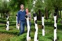 Rebecca de Boer en Juerd van der Burgt van Buitenplaats De Blauwe Meije in hun beeldentuin.