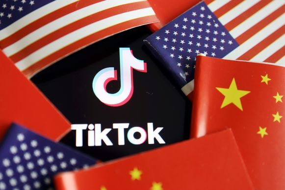Amerikaanse en Chinese vlaggen en het logo van TikTok.
