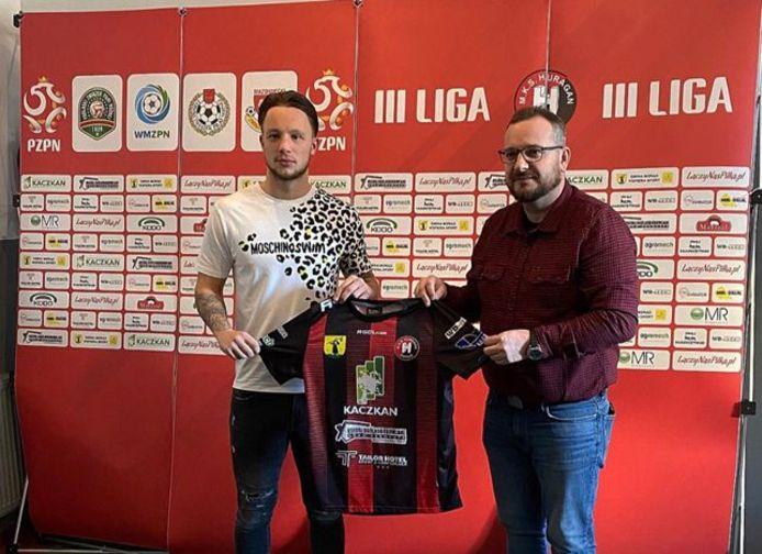 Voetballer Youri Roseboom poseert bij de Poolse club Huragan Morąg
