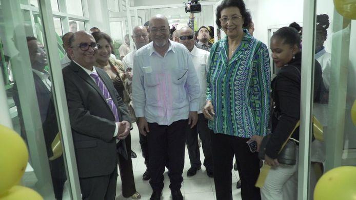 Desi Bouterse bezoekt het Academisch Ziekenhuis Paramaribo voor de opening van een nieuw beddenhuis.