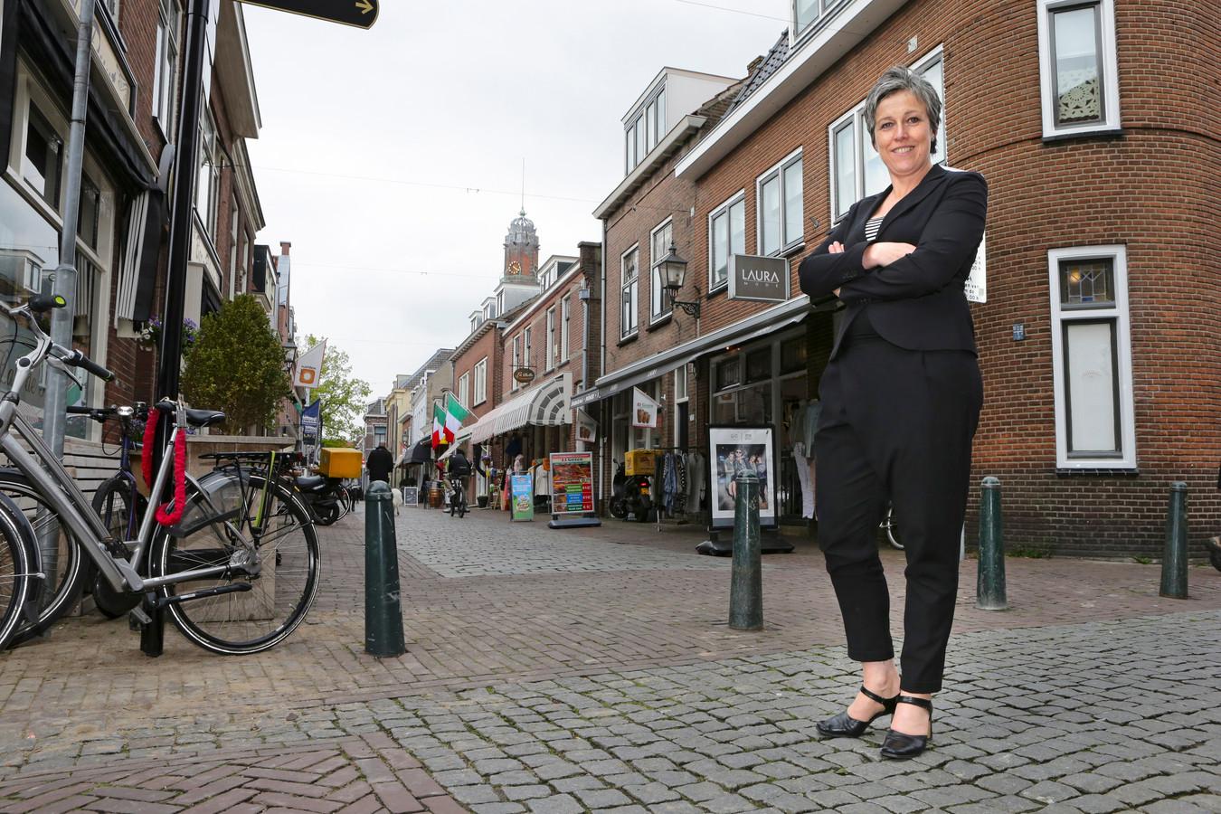 Anita Hoogland in het centrum van IJsselstein op weg naar de beste kleine binnenstad van Nederland.
