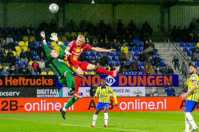 Keeper Etienne Vaessen wordt ondersteboven gelopen door Isac Lidberg. De Go Ahead-aanvaller scoort, maar de VAR ziet een overtreding.