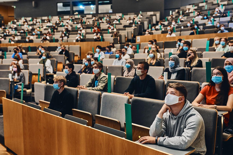 Mondmaskers en afstand houden in de Aula Rector Dhanis van de UAntwerpen. Beeld Thomas Nolf