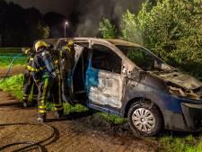 Busje in vlammen op aan Tuinbouwweg in Made