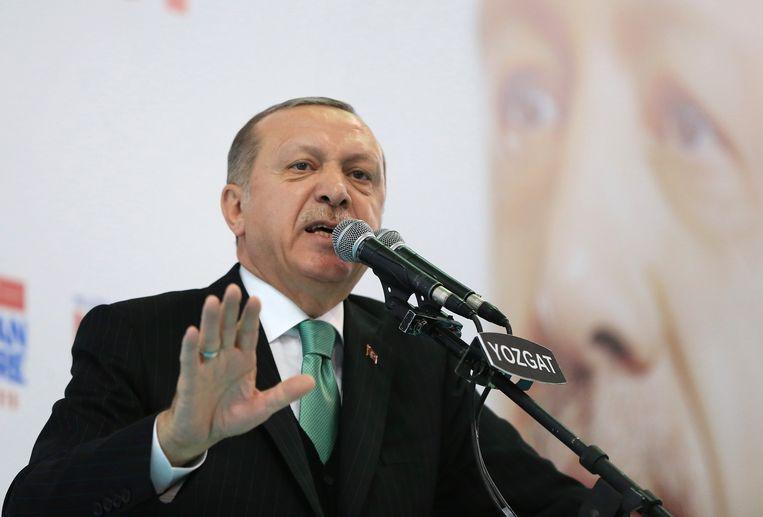 De Turkse president Recep Tayyip Erdogan spreekt de leden van zijn AKP-partij toe in Yozgat, waar hij een militaire aanval op de Koerdische enclave in Noord-Syrië aankondigt en de VS om steun vraagt. Beeld AP