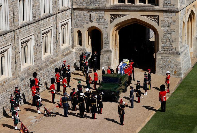 Het lichaam van prins Philip wordt voor de ceremonie in een door hemzelf ontworpen Land Rover naar de St. George's Chapel op Windsor Castle gebracht. Beeld AP