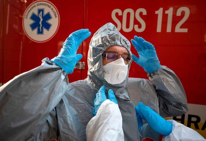 Medisch personeel in Slowakije bereidt een test voor.
