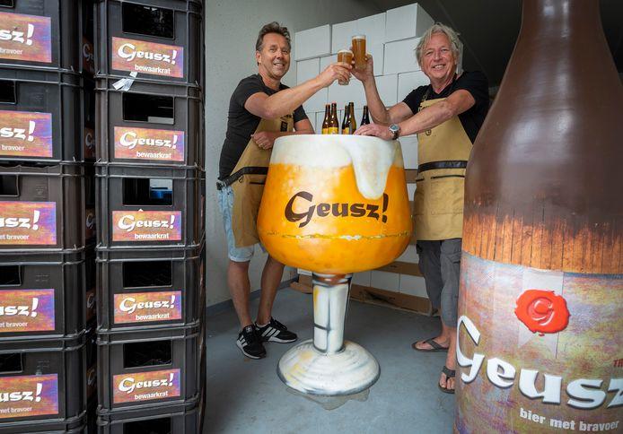 Remi de Bake en Ron van den Berg, de bedenkers van het Zoetermeerse biertje Geusz!, klinken op hun nieuwe toekomst.