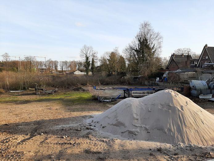 De bouwgrond waar 33 woningen komen achter de huidige huizenrij in Langerak. De foto is genomen vanaf de achterzijde van zalencentrum Veldhoen in de richting van Doetinchem.