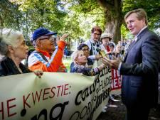Koning Willem-Alexander spreekt met demonstranten over 'Indische kwestie'