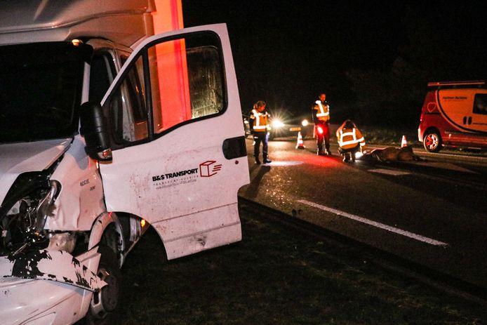 Het vrachtwagentje raakte bij de aanrijding met een hert zwaar beschadigd. Het dier overleefde de botsing niet.