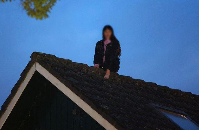 Meisje klimt op dak huis om binnen te komen, maar durft niet meer naar beneden.