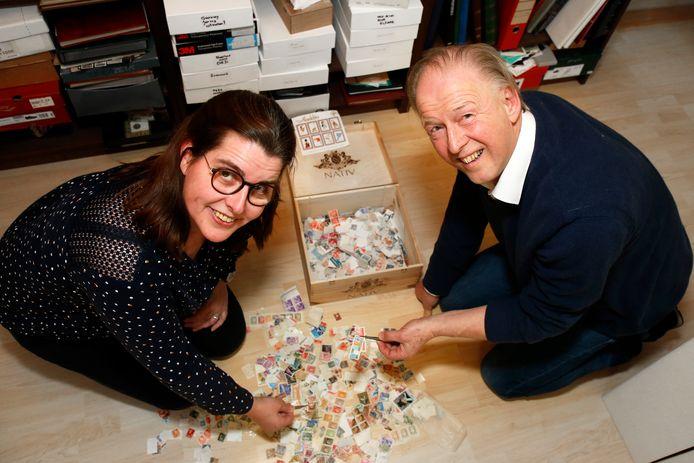 Jacqueline en Henk met hun postzegels