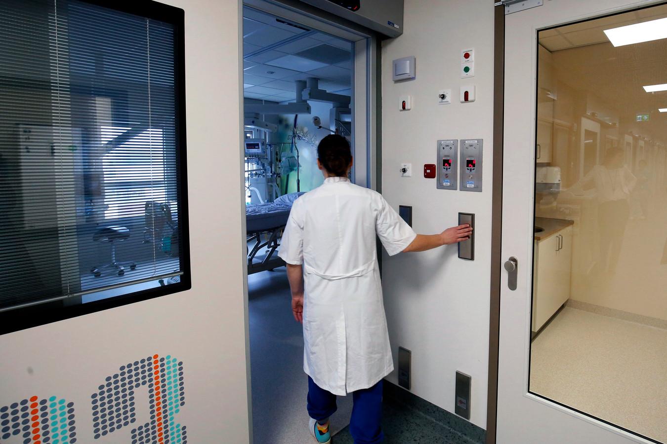 Bij patiënten verdacht op het corona-virus wordt gebruik gemaakt van een sluis naar de patiëntenkamer om verdere besmetting te voorkomen.