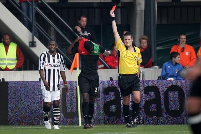 De Belgische scheidsrechter Virant houdt de rode kaart omhoog voor NEC-aanvaller Joël Tshibamba. Die trekt zijn shirt weer aan en is op weg naar de kleedkamer. foto Peter Lous/Pro Shots