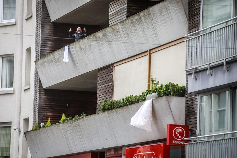 Applaus en witte vlaggen voor de zorgverleners in de Kapellestraat te Oostende