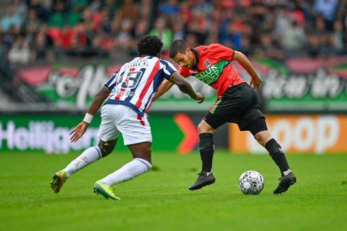 Jordy Bruijn in duel met Leeroy Owusu tijdens de wedstrijd tussen NEC en Willem II.