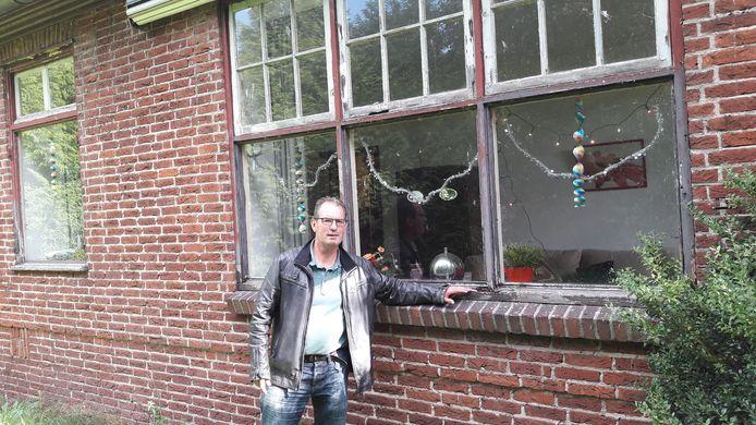 De officierswoningen ten noorden van de weg Prinsenbosch bij het AZC Gilze verkeren in slechte staat van onderhoud. Bewoner Marco Staps ziet de kozijnen rotten en verf is verdwenen.  De gemeente gaat controleren of eigenaar COA regels overtreedt.