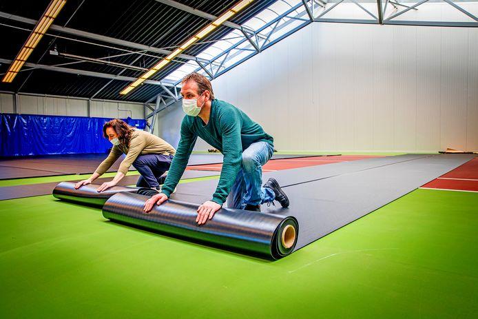 In de tennishal van sporthal De Boogerd in Oud-Beijerland wordt de vaccinatielocatie voor Hoeksche Waarders ingericht.