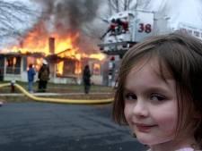 De vader van Zoe maakte een foto van haar voor brandend huis, 17 jaar later krijgt ze 378.888 euro