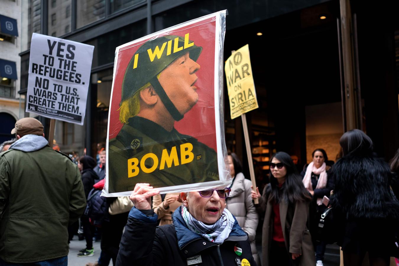 Archieffoto van een demonstrant die protesteert tegen een Amerikaanse aanval op Syrië in 2017.