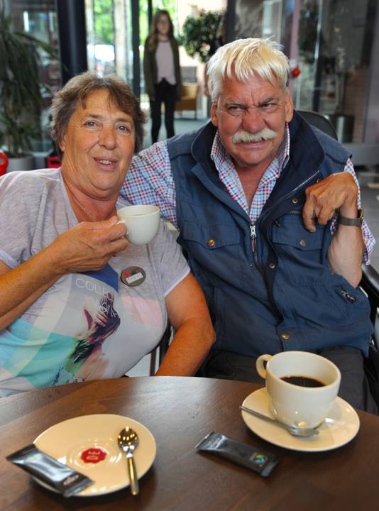 Vrijwilligster Tannie de Meulmeester en Jan Wielemaker drinken koffie in het Gasthuis in Middelburg.