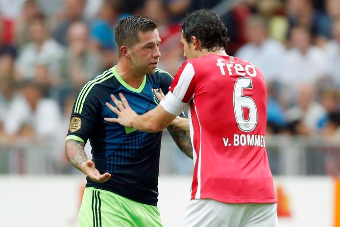 Theo Janssen en Mark van Bommel vechten een robbertje uit.