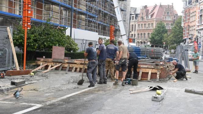 Sokkel barst: beton loopt op rijbaan