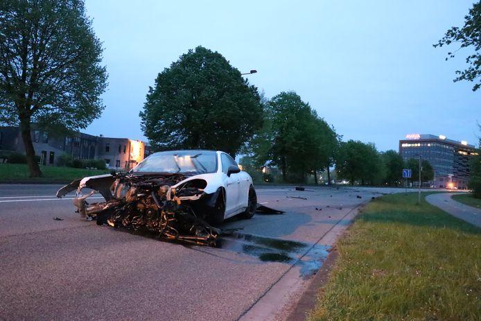 De leeg achtergelaten, zwaar beschadigde Porsche in Nieuwegein.