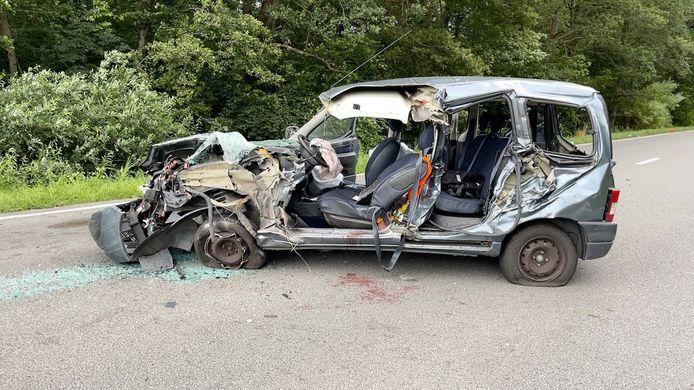 De bestelwagen raakte heel zwaar beschadigd. Toch raakte de bestuurer zonder levensgevaarlijke verwondingen uit het wrak.