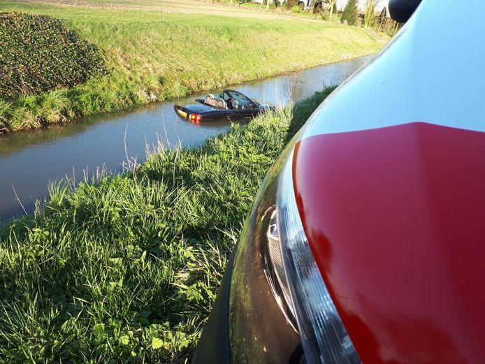 Als je na een aanrijding met 'slechts' een nat pak uit je te water geraakte cabrio kan stappen, kun je gerust spreken van geluk bij een ongeluk. (Nieuw Piershilseweg)
