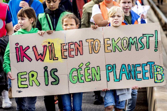 Demonstranten tijdens een klimaatmars in het centrum van Rotterdam. Rotterdamse studenten hielden de demonstratie tegen klimaatverandering tijdens de Wereldhavendagen, omdat er volgens hen in de haven te weinig werd gedaan om de CO2-uitstoot terug te dringen.