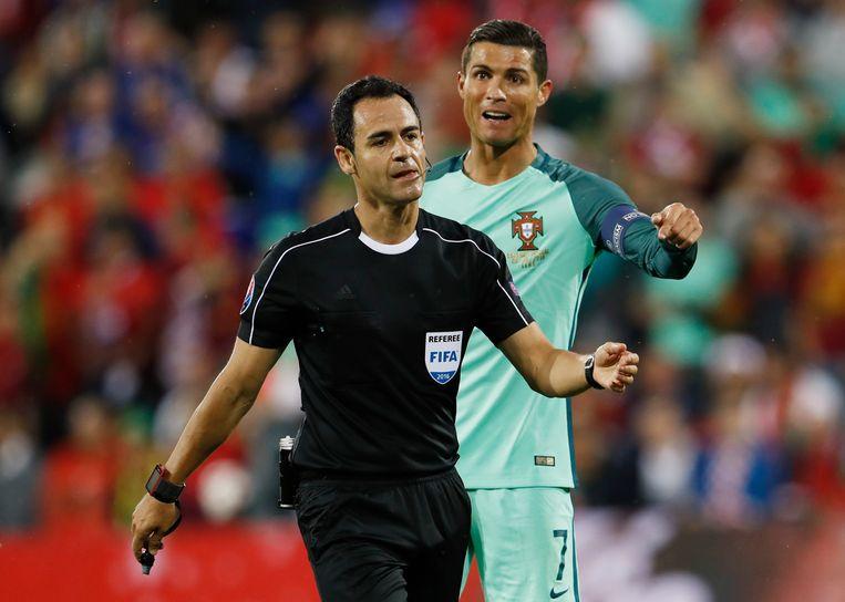 Ronaldo kan het niet geloven dat Carballo geen strafschop floot voor een fout op Nani Beeld REUTERS